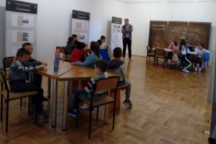 KREATIVNE RADIONICE U MUZEJU Osnovci kroz crteže i igru uče kako se NEKAD ŽIVJELO u njihovom kraju