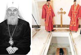 SEDMICA BEZ PATRIJARHA IRINEJA Vjernici mu odaju pomen i pale svijeće, kriptu obilazi vladika Stefan