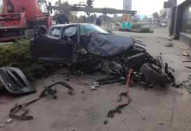 """JEZIVE SLIKE SA MJESTA POGIBIJE """"BMW"""" izletio sa kružnog toka pa se ZABIO U ZGRADU (FOTO)"""