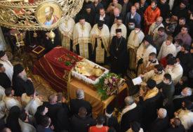 Voljeni mitropolit Amfilohije sahranjen je u KRIPTI Hrama u Podgorici, a ovo su RIJEČI UKLESANE na nadgrobnoj ploči (FOTO)