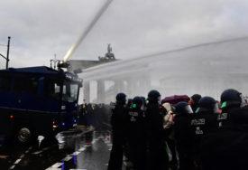 KORISTILI VODENE TOPOVE Policija rastjerala demonstrante, poslanici raspravljaju o JOŠ RIGOROZNIJIM MJERAMA