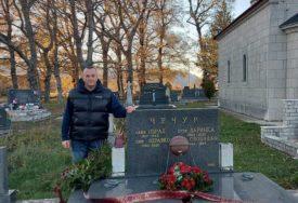 """KOŠARKAŠI """"BOSNE"""" NISU ZABORAVILI LEGENDU KLUBA Položeno cvijeće na grob Zdravka Čečura u Trebinju (FOTO)"""
