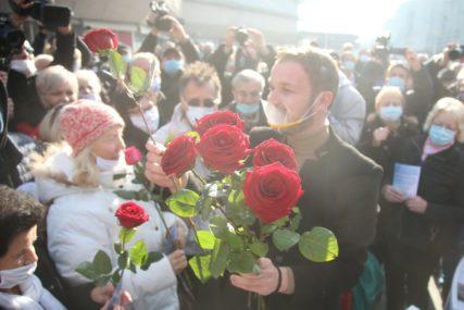 RUŽE I APLAUZ Novi gradonačelnik došao na Trg Krajine i OVO poručio Banjalučanima (FOTO)