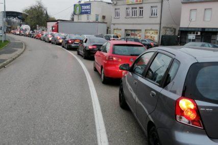 GUŽVE NA IZLAZU IZ BiH Kolone vozila u Gradiški, mnogi se nakon glasanja vraćaju u evropske zemlje (FOTO)