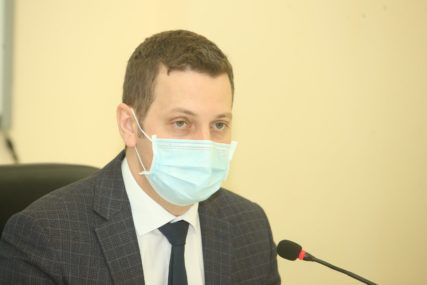 """POPUSTIO OPREZ, EPIDEMIOLOZI UPOZORAVAJU """"Nosite maske i ne izlazite iz kuće dok čekate rezultate testa"""""""