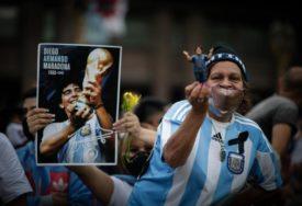 SUZE I MOLITVE Milioni Argentinaca žele da odaju počast Maradoni (VIDEO)