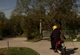 """""""SAD MOGU SAMO 50"""" Deka Ivan ima 90 godina prelažao je koronu, ali ga to nije spriječilo da vozi MOTOR (VIDEO)"""