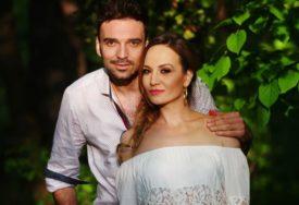 PORODIČNA IDILA Jelena Tomašević i Ivan Bosiljčić uživaju na planini, imali su razlog za slavlje (FOTO)