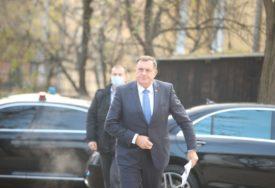 OBEĆAO NASTAVAK POMOĆI SRBIMA U MOSTARU Dodik posjetio povratničku porodicu i djeci uručio poklone
