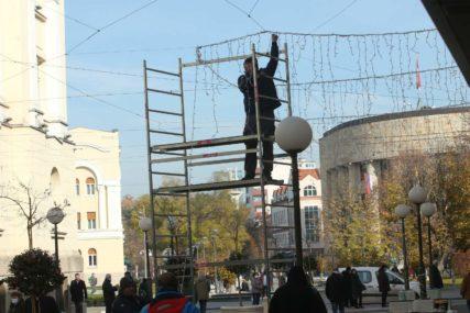 BANJALUKA U PRAZNIČNOM DUHU Počelo novogodišnje ukrašavanje grada (FOTO)