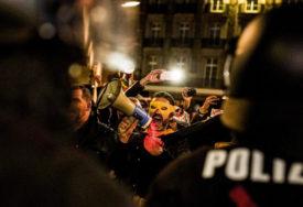 UHAPŠENA 31 OSOBA Na protestima protiv mjera restrikcije VIŠE OD 20.000 LJUDI