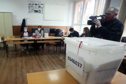 I DALJE PRIJAVLJUJU NEREGULARNOSTI Ponovno brojanje na pojedinim biračkim mjestima u osam izbornih jedinica