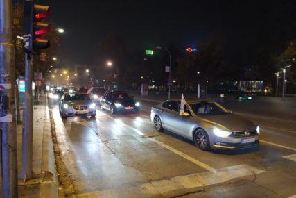 PDP SLAVI POBJEDU Kolona automobila u centru Banjaluke u znak podrške Stanivukoviću (VIDEO)