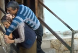 Prizor majke Olge koja NOSI BOLESNOG SINA dirnuo je brojna srca, DOBRI LJUDI su sada ovo učinili (VIDEO)