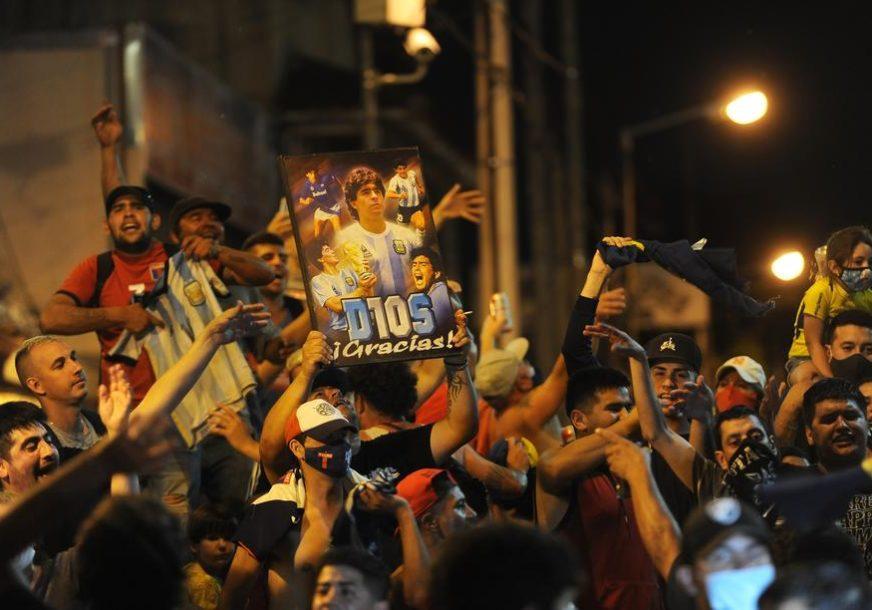 SJAJAN POTEZ BOKE Maradona: Volio bih da mi na grobu piše samo HVALA LOPTI (FOTO)