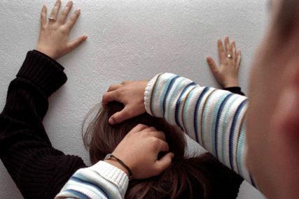 Mladić i djevojka uhapšeni zbog tuče: Udario je šakom u glavu, ona njemu zabila PRST U OKO