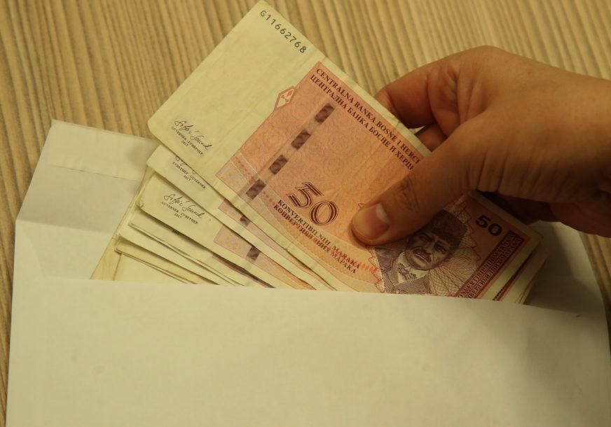 PROSJEČNA NOVEMBARSKA PLATA 966 KM Najslabije plaćeni radnici u ugostiteljstvu, najbolje oni u finansijskom sektoru