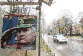 OBLIJEPILI AUTOBUSKO STAJALIŠTE Kod parka Mladen Stojanović osvanuli plakati Ratka Mladića (FOTO)