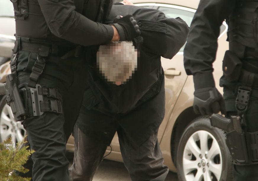 NOŽEM IZBO VRŠNJAKA I POBJEGAO Policija uhapsila mladića iz Doboja