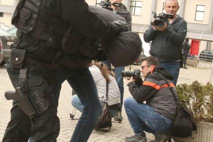 """UHAPŠENI DILERI U akciji """"Gnev"""" kod osumnjičenih pronađeni kokain, oružje i lažne policijske značke"""