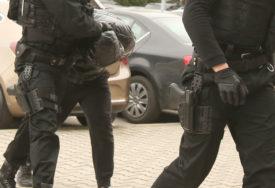 ZAPLIJENJENA DROGA I ORUŽJE Policija uhapsila pet osoba u Beogradu