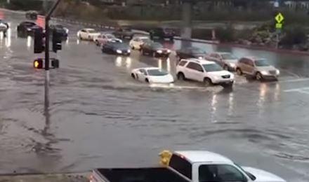 MNOGI SU OSTALI IMPRESIONIRANI Većina automobila ostala poplavljena, ali jednom voda nije bila smetnja (VIDEO)