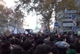 BIJES ZBOG BRUTALNOSTI POLICIJE Demonstranti na ulicama Pariza, lete kamenice i suzavac (VIDEO)