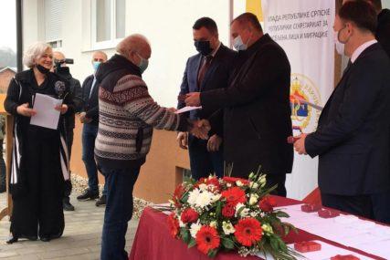 STAMBENO ZBRINJAVANJE Višković uručio ključeve stanova za 15 korisnika alternativnog smještaja