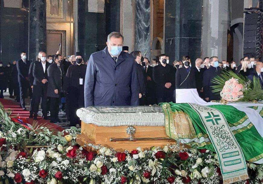 ZVANIČNICI ODAJU POŠTU UPOKOJENOM PATRIJARHU U hram na Vračaru stigli Dodik i Vučić