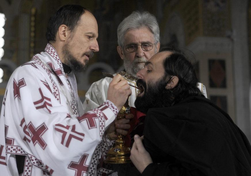RIZIČNO PONAŠANJE Veliki broj vjernika na sahrani patrijarha Irineja se pričestio iz ISTE KAŠIČICE