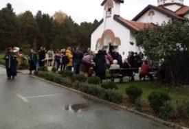 KORONA SLAVA ŠOKIRALA SVE Vjernici se gostili ispred crkve BEZ MASKE I DISTANCE (FOTO)