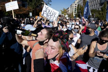 LJUDI PLEŠU I PJEVAJU NA ULICAMA Euforični Amerikanci slave Bajdenovu pobjedu (VIDEO)