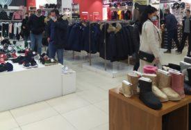 """GROZNICA """"CRNOG PETKA"""" U banjalučkim trgovinama DUGI REDOVI, fotografije pokazuju da li se POŠTUJU EPIDEMIOLOŠKE MJERE"""