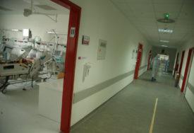 DRAMA U BOLNICI  žena udarila i odgurnula  medicinsku radnicu, a zatim lupala po staklu