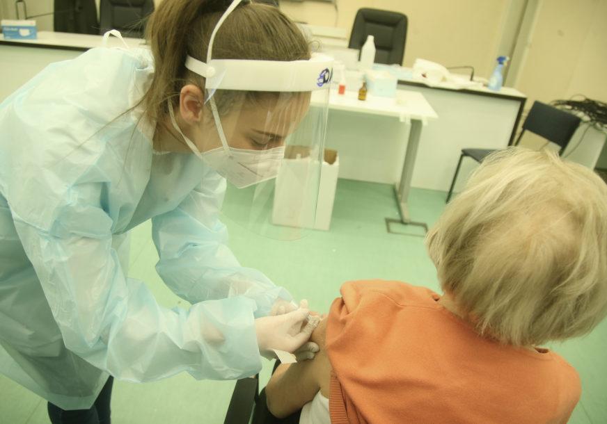 POLICIJA RASTJERALA GRAĐANE Prekinuta vakcinacija zbog nepridržavanja mjera
