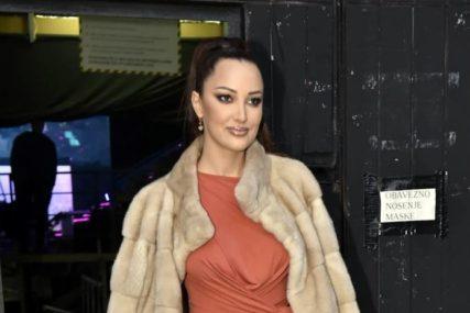 SKUPA KOMBINACIJA Aleksandra Prijović prošetala u bijelom odjelu i cipelama pa oduševila mnoge (FOTO)