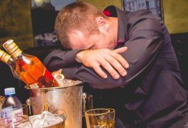 LUMPOVALI, A NISU ZNALI DA IMAJU KORONU Cijelu noć pili zajedno, pa se POTUKLI
