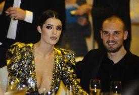 ONA SVE MORA DA RADI SAMA Fudbaler i njegova žena imaju VELIKI PROBLEM (FOTO)