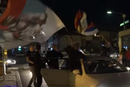 VATROMET, PJESME O KOSOVU I KOLONA VOZILA SA TROBOJKAMA Ovako se večeras slavio izbor nove Vlade u Crnoj Gori (VIDEO)