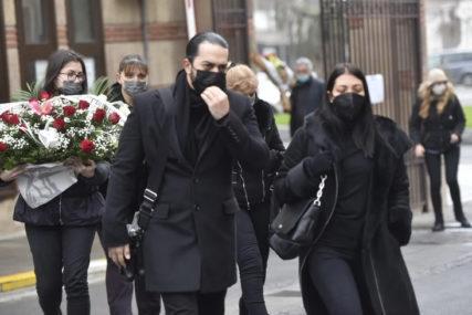 DŽEJ ĆE BITI SAHRANJEN PO MUSLIMANSKIM OBIČAJIMA Tuga na licima kćerki Ane i Marije (FOTO)