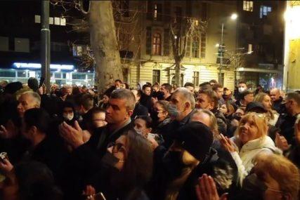 POSLJEDNJI APLAUZ ZA DŽEJA Muk na ulici, a onda su okupljeni još jednom glasno zapjevali (VIDEO)