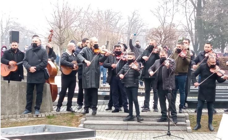 """SAHRANJEN DŽEJ RAMADANOVSKI Violine sviraju """"Nedjelju"""", kćerka Marija SKRHANA OD BOLA (VIDEO)"""