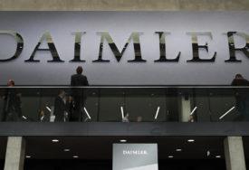 NAKNADA ZA RAD OD KUĆE I MASKE Dajmler plaća radnicima po 1.000 evra KORONA BONUSA