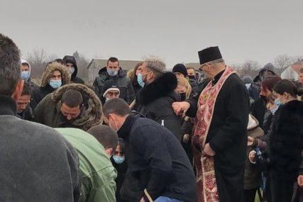 PJEVAČEVA MAJKA PALA U NESVJEST Otac Darka Lazića sahranjen sa harmonikom, pucalo se iz puške u njegovu čast
