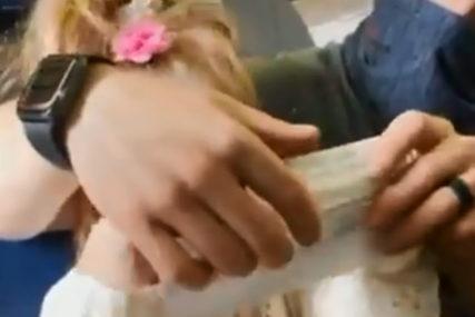 NEPOSREDNO PRED POLIJETANJE Izbačeni iz aviona, jer njihova kćerka (2) nije željela da stavi masku (VIDEO)