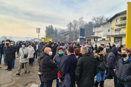 OKUPLJENO VIŠE STOTINA GRAĐANA Protesti u Doboju zbog odluke CIK da ne potvrdi izbore (FOTO)
