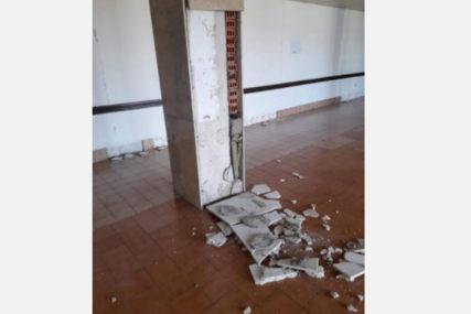 POSLJEDICE ZEMLJOTRESA U BIHAĆU Oštećen Dom zdravlja, pacijenti i zaposleni evakuisani (FOTO)