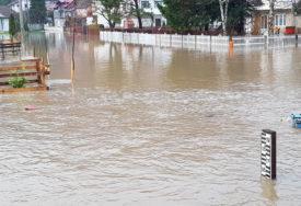 POPLAVA U JEZERU Pod vodom centar i okolna sela