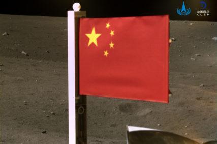 KINESKA ZASTAVA ISTAKNUTA NA MJESECU Sonda sa Zemljinog satelita pokupila uzorke stijena i tla (FOTO)