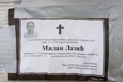 U DVORIŠTU ŠATOR, VIJENCI I KRST Muk ispred kuće Darka Lazića prije sahrane oca